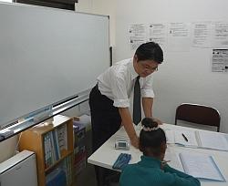 中学生の英語の個別指導の授業風景